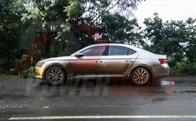 Skoda Superb 2016 spotted in flesh